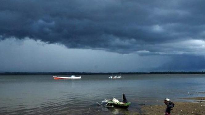 Cuaca buruk di Teluk Kendari