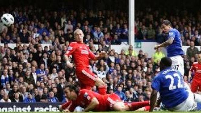 Pemain Liverpool (merah) dan pemain Everton