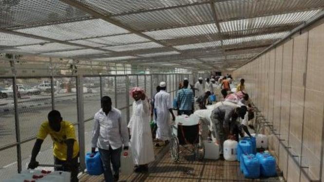 Mengambil air zamzam di Mekkah