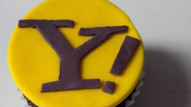 Kue dengan logo Yahoo di atasnya