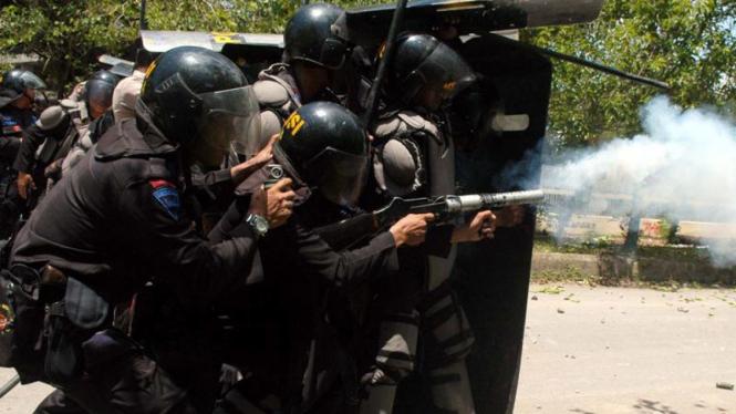 Pasukan Brimob bubarkan aksi anarkis mahasiswa