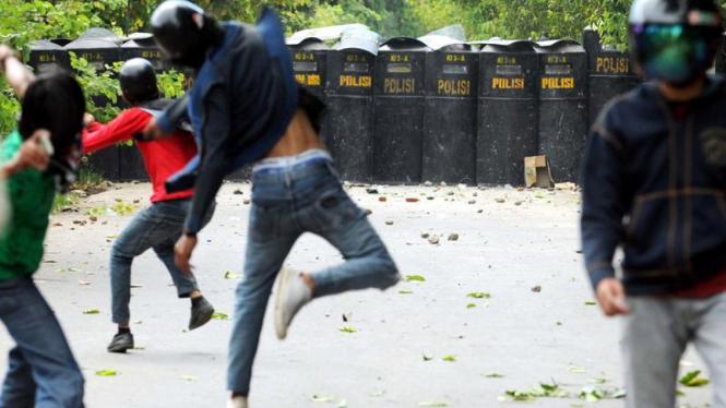 Bentrokan di Kampus UNM Makassar