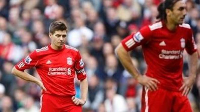 Pemain Liverpool Steven Gerrard (kiri) dan Sotirios Kyrgiakos