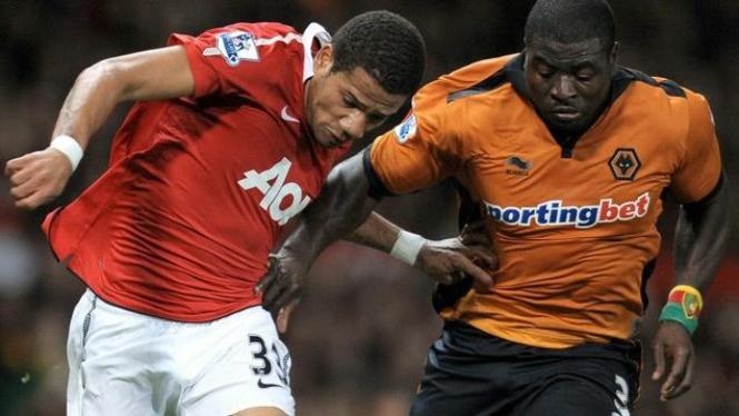Bebe berebut bola dengan bek Wolverhampton Wanderers George Elokobi