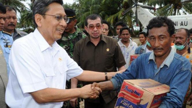 Boediono serahkan bantuan untuk korban tsunami Mentawai