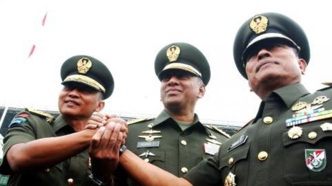 Jenderal TNI George Toisutta diapit Pramono Edhie Wibowo dan Moeldoko