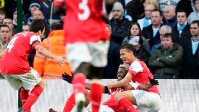 Alex Song merayakan golnya