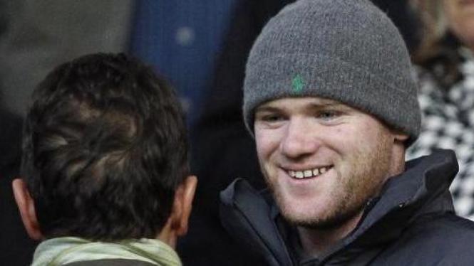 Wayne Rooney berbicara dengan Fabio Capello