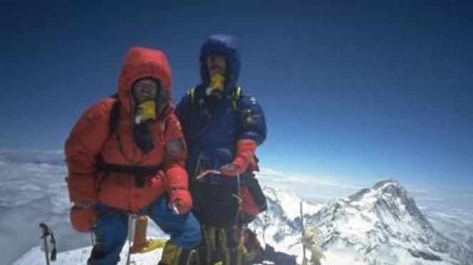 Pendaki berhasil mencapai puncak gunung Everest