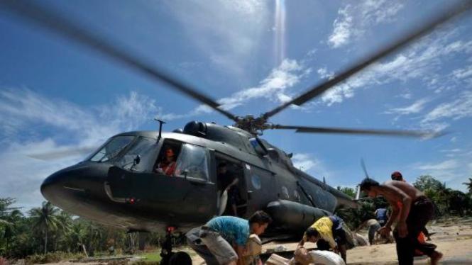 Ilustrasi/Helikopter Mi-17 milik TNI AD bawa bantuan korban tsunami Mentawai