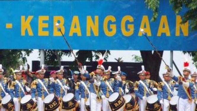Drum band Taruna dari Kadet Akademi Angkatan Laut (AAL)