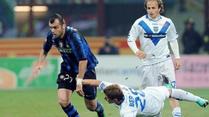 Goran Pandev melewati pemain Brescia