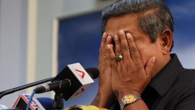 Presiden SBY mengusap wajahnya usai berdoa bagi korban Merapi