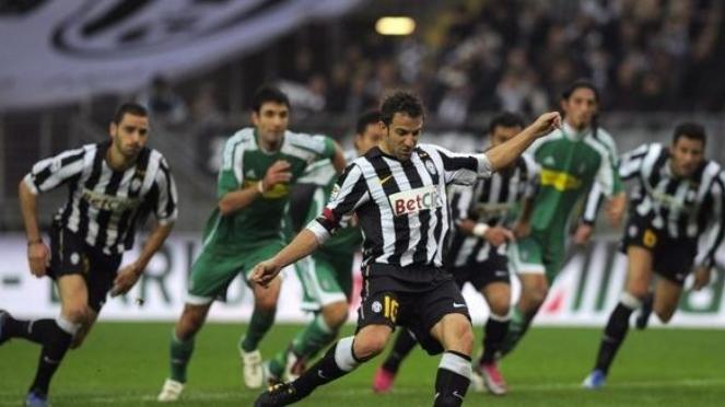 Alessandro Del Piero mengeksekusi penalti ke gawang Cesena