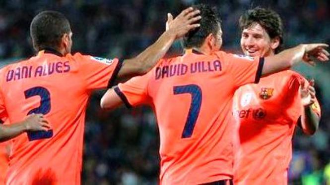 lionel Messi bersama David Villa merayakan gol ke gawang Getafe