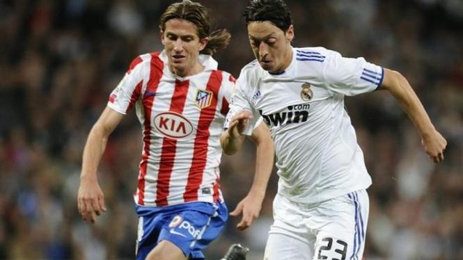 Mesut Ozil berduel dengan bek Valera