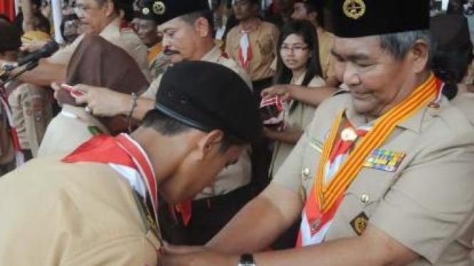 Ketua Kwartir Nasional (Kwarnas) Gerakan Pramuka, Azrul Azwar (kanan)