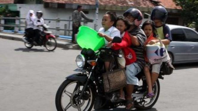 Sepeda motor lebihi kapasitas dinaiki 5 orang