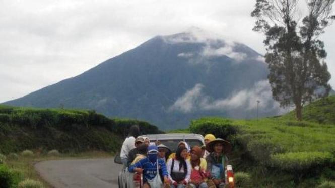 Gunung Kerinci di perbatasan Jambi-Sumatera Barat