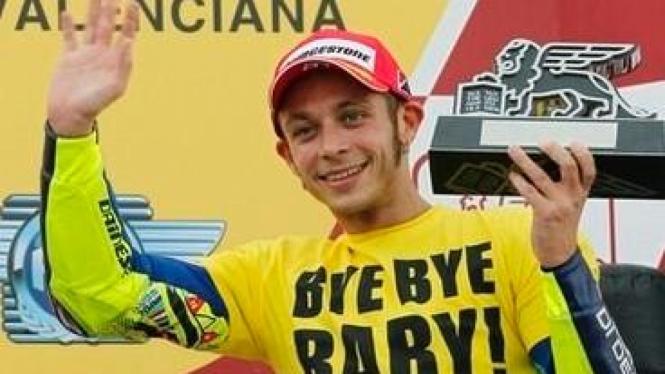 Valentino Rossi dengan baju Bye bye Baby