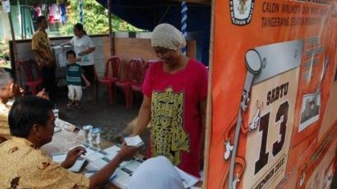 Warga usai salurkan hak pilih di Pilkada Tangerang Selatan