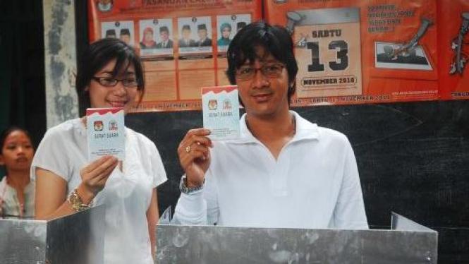 Andre Taulany dan istri saat memilih di pilkada Tangerang Selatan
