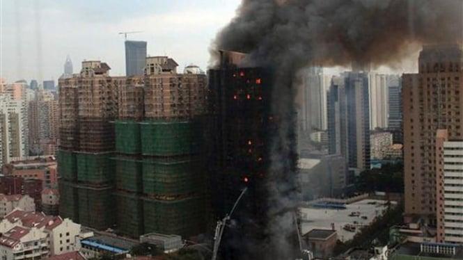Lokasi kebakaran suatu gedung di Shanghai, China