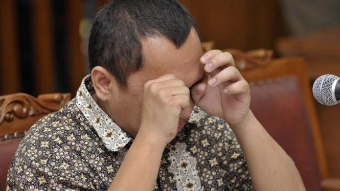 Gayus Tambunan menangis di pengadilan
