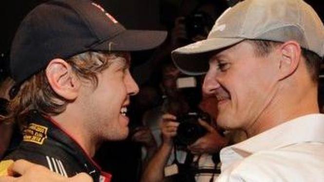Sebastian Vettel (hitam) dan Michael Schumacher