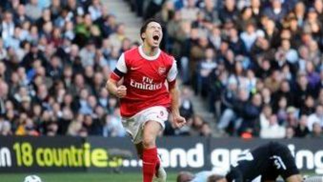 Samir Nasri merayakan gol