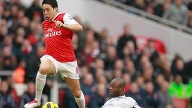 Pemain Arsenal Samir Nasri (kiri) berduel dengan pemain Tottenham William Gallas