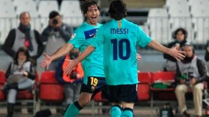 Lionel Messi dan Maxwell merayakan gol atas Almeria
