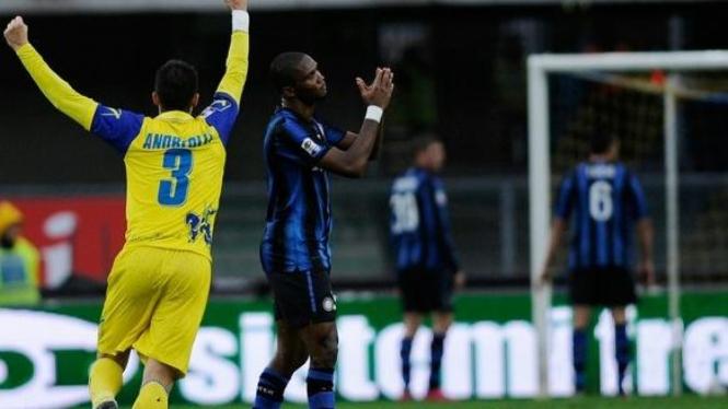 Samuel Eto'o kecewa usai pemain Chievo Sergio   Pellissier  mencetak gol