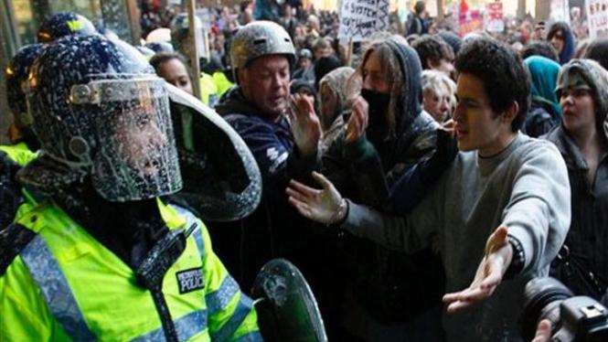Polisi Inggris berjibaku dengan mahasiswa dalam demonstrasi di London