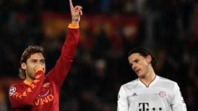 Francesco Totti (merah) dan pemain Bayern Munich Daniel Van Buyten