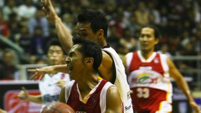 Muba Hangtuah melawan pemain Garuda Flexi (merah)