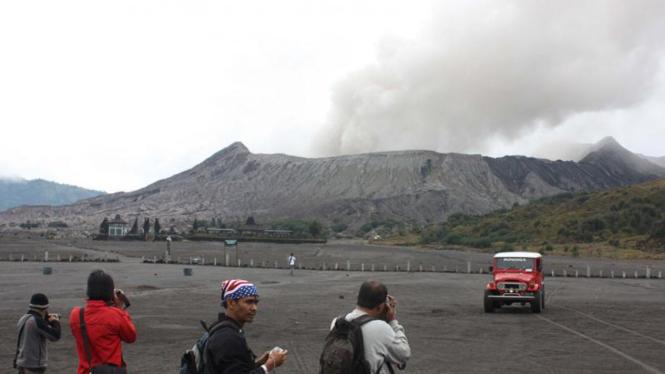 Sejumlah orang menyaksikan peningkatan aktivitas Gunung Bromo