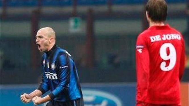 Esteban Cambiasso merayakan golnya ke gawang Twente