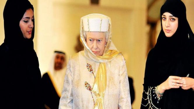 Ratu Elizabeth II saat mengunjungi masjid di Abu Dhabi, Uni Emirat Arab