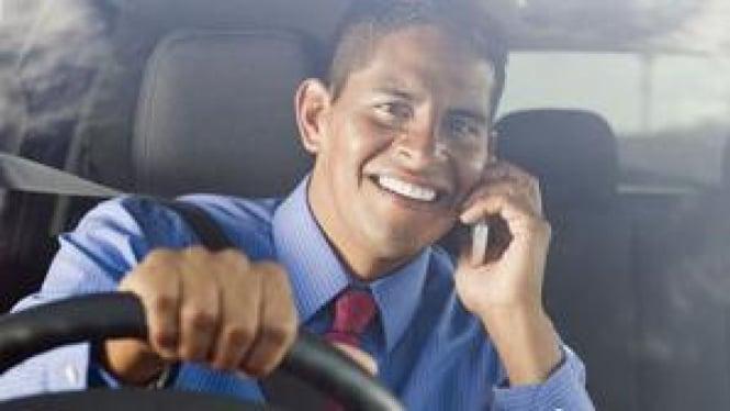 Mengemudi sambil berbicara di telepon