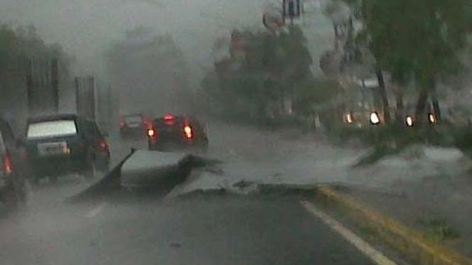 Atap roboh akibat hujan deras Jakarta