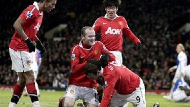 Pemain MU merayakan gol ke gawang Blackburn
