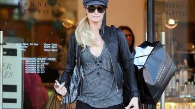 Paris Hilton dengan barang belanjaannya