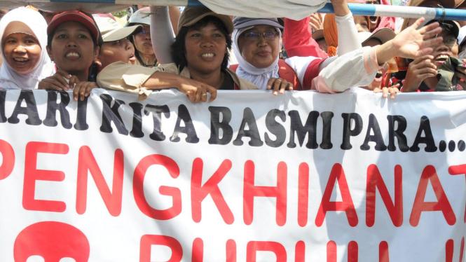 Demo buruh di kantor gubernur Jawa Timur