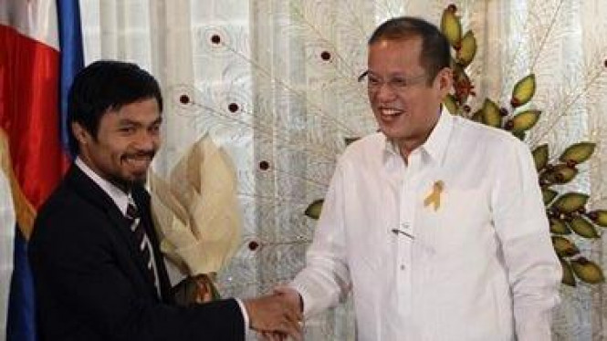 Manny Pacquiao (abu-abu) dan Presiden Filipina Benigno Aquino III