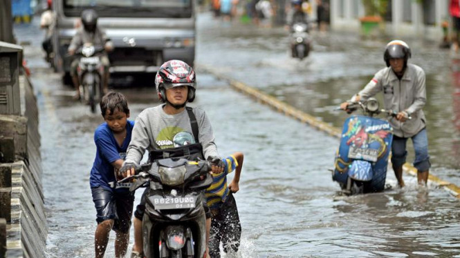 Banjir rob di jalan Gunung Sahari, Jakarta, beberapa waktu lalu.