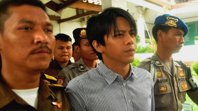 Ariel dikawal polisi menuju ruang sidang di PN Bandung