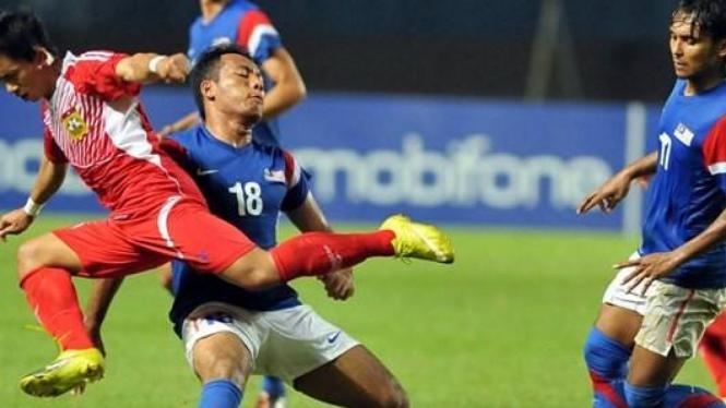 Pemain Malaysia (biru) berduel dengan pemain Laos