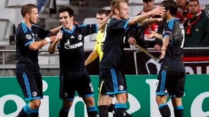 Para pemain Schalke bergembira usai mencetak gol ke gawang Benfica