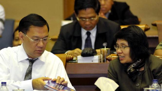 Agus Marto Wardojo (kiri) berdiskusi dengan Anny Ratnawati (kanan)